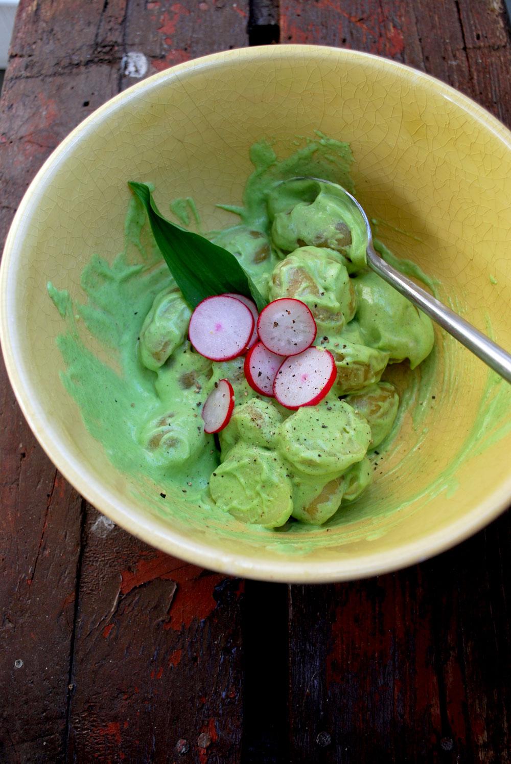 Mælkefri kartoffelsalat med ramsløg og radisse