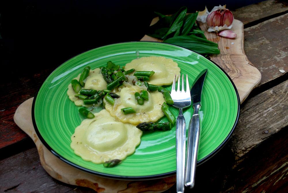 Hjemmelavet ravioli med ramsløg og grøn asparges