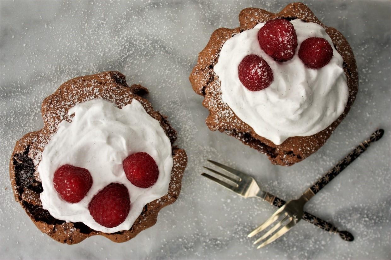 Chokoladetærter med vaniljeskum & friske hindbær